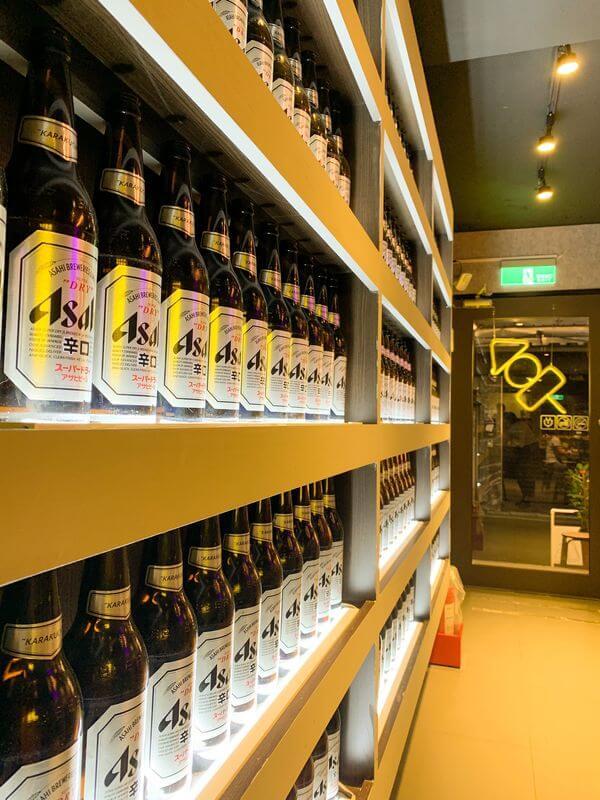 串在一起 店內環境 Asahi啤酒牆面